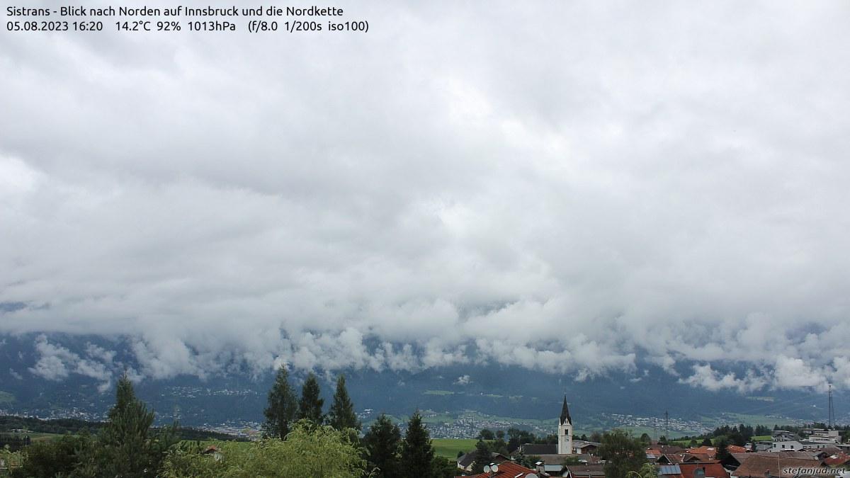Foto Webcam - Diese Webcam befindet sich etwas südlich von Innsbruck auf einer Seehöhe von ca. 960m. Sie blickt über die Dächer von Sistrans, dahinter sieht man Teile von Innsbruck und im Hintergrund die imposante Nordkette vom Kleinen Solstein über das Brandjoch, Frau Hitt, Seegrube und Hafelekar, Rumer Spitze bis zur Wildangerspitze und Kaisersäule.
