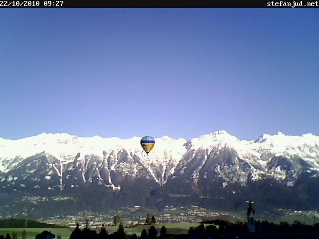 Heißluftballon über Sistrans vor der Nordkette