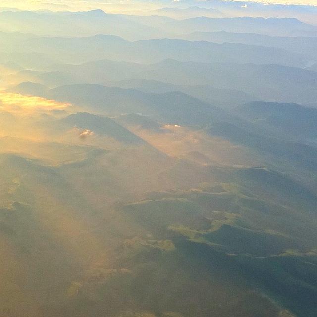Bergketten im Morgendunst bei Sonnenaufgang