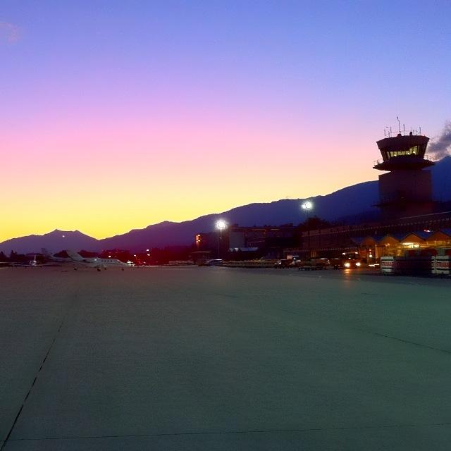 Flughafen Innsbruck, Tower und Vorfeld bei Morgendämmerung