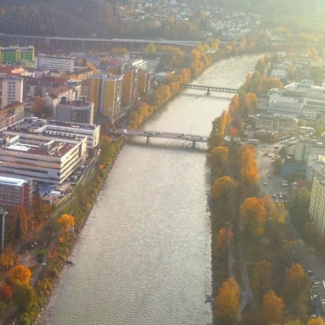 Innsbrucker Inn im Herbst mit Freiburger Brücke (vorne) und Karwendelbrücke (hinten)