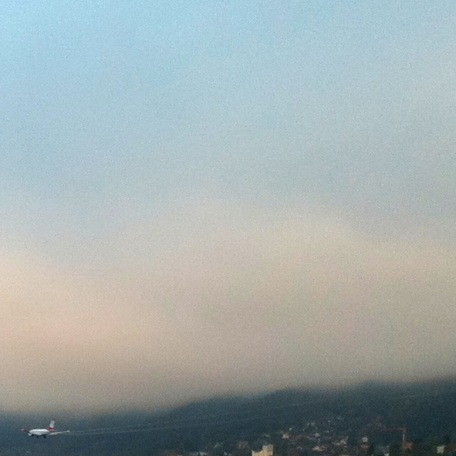 Kondensstreifen am Flugzeug bei Landung im Nebel am Flughafen Innsbruck