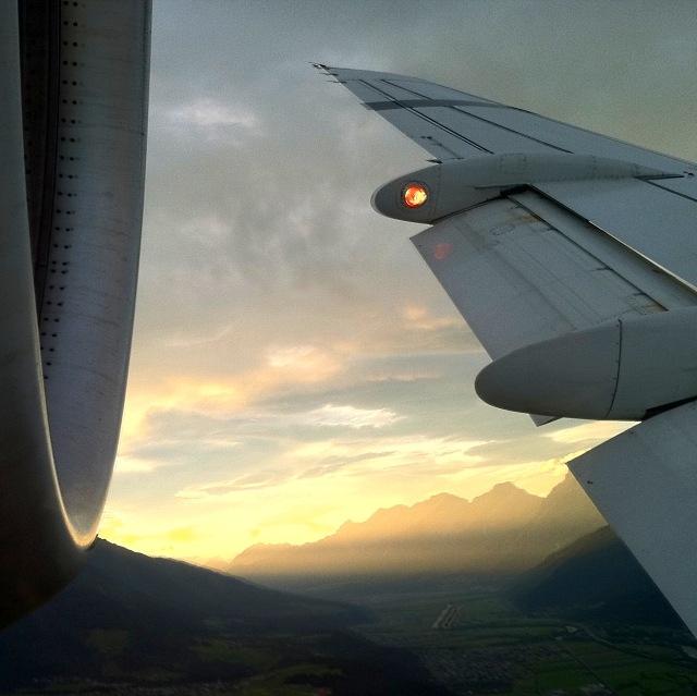 Landeanflug auf den Flughafen Innsbruck mit Blick ins Tiroler Oberinntal. Flugzeug: Fokker 70