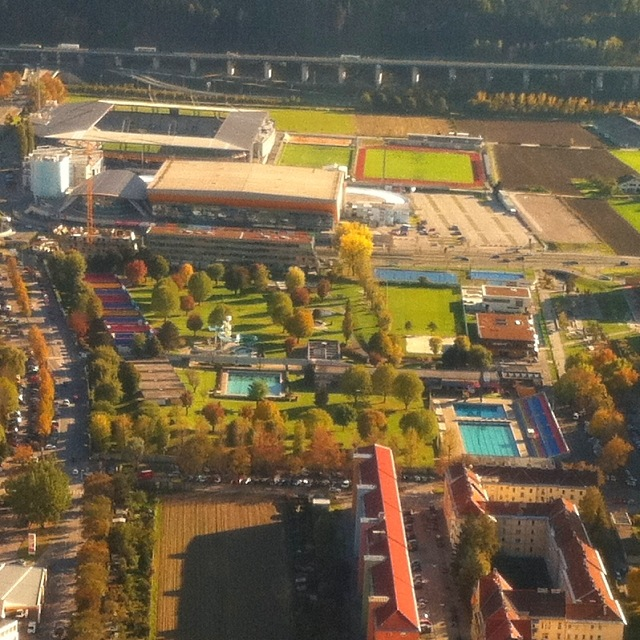 Das Tivoli-Schwimmbad, die Olympia-Eishalle und das Tivoli-Fußballstadion in Innsbruck im Herbst