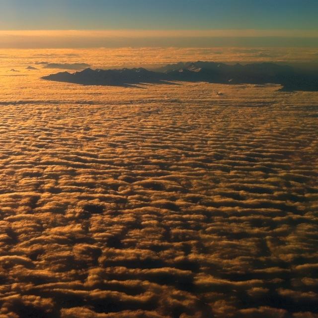 Bergkette in der Morgensonne von Wolken umgeben