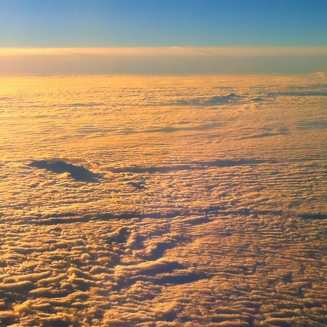 Eine einzelne Bergkette die aus der Wolkendecke hervorschaut
