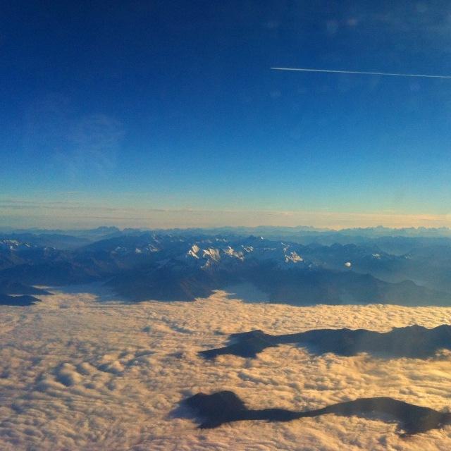 Flugzeug am blauen Himmel hoch über den Wolken
