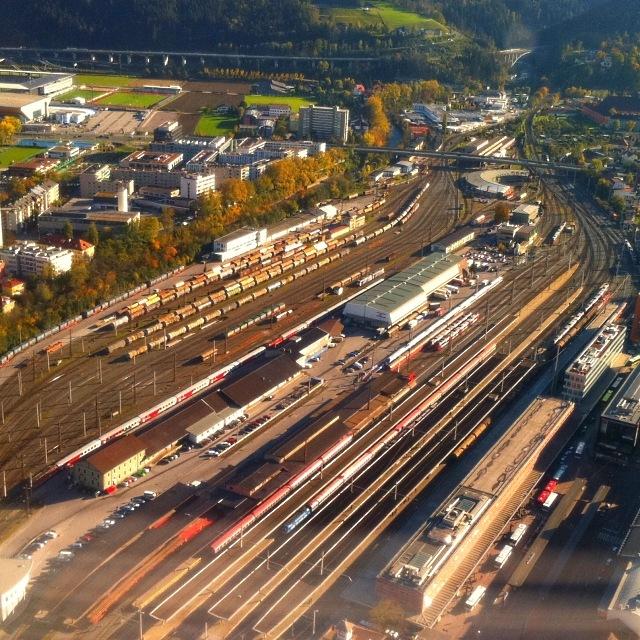 Der Innsbrucker Hauptbahnhof mit Frachtenbahnhof und Tivoliareal