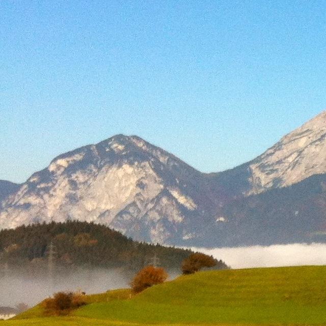 Herbstwetter mit grünen Wiesen, Hochnebel und blauem Himmel