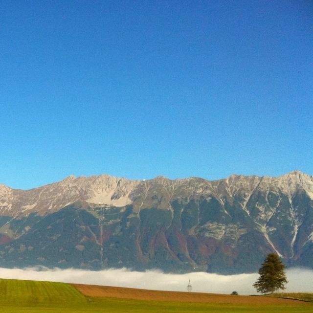 Herbstliches Wetter mit Hochnebel über Innsbruck