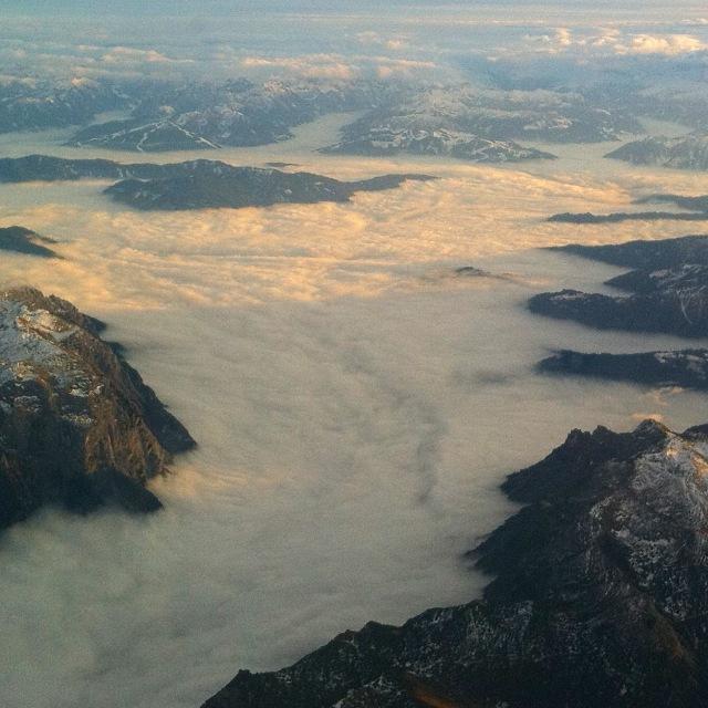 Wolkendecke von Berggipfeln umgeben