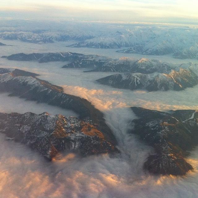 Hochnebel zwischen bereits schneebedeckten Bergketten