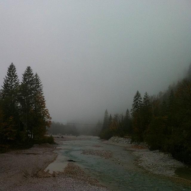 Isar bei Vorderriss. Blick von der Isarbrücke bei herbstlichem Nebel