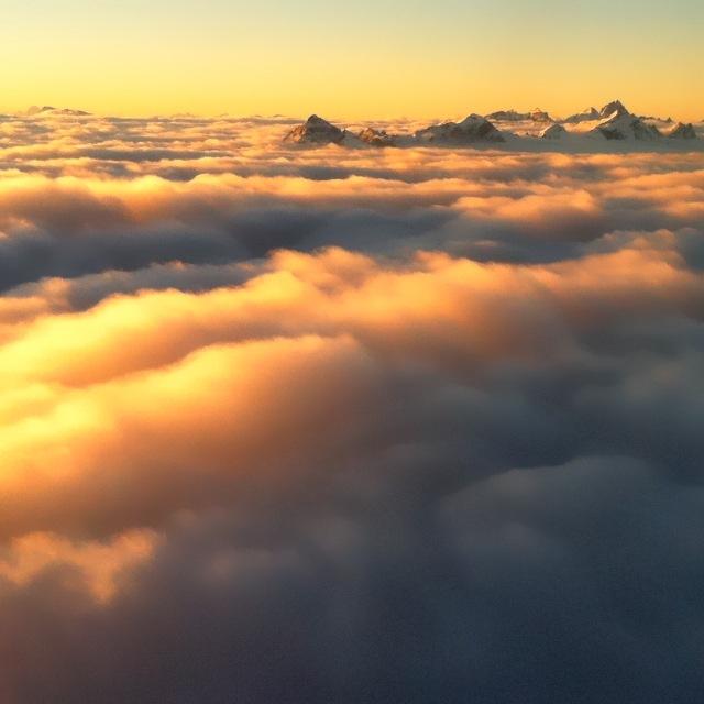 Serles im Wolkenmeer bei einem morgendlichen Flug zum Sonnenaufgang