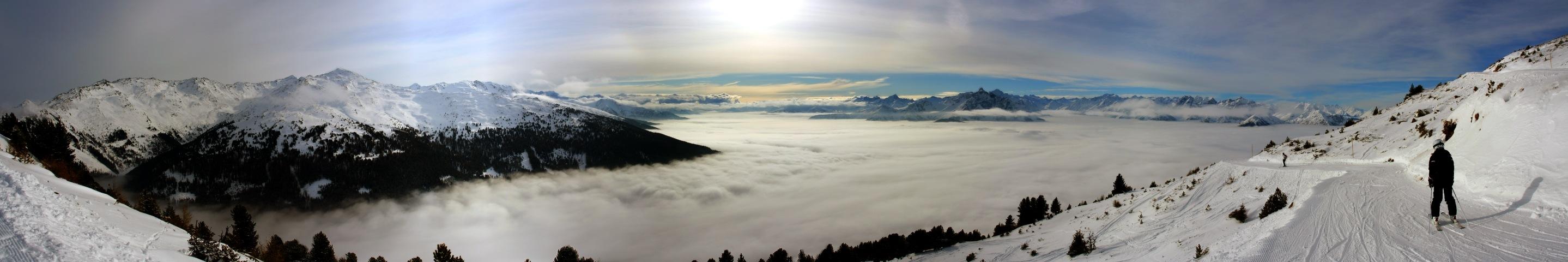 Panorama von der Patscherkofel Skiabfahrt. Ausblick von der Südseite ins Wipptal bei Hochnebel