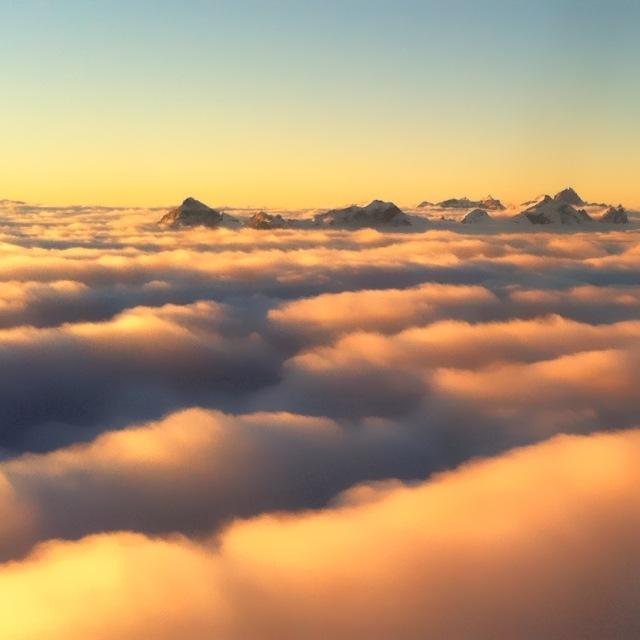 Serles und co. bei Sonnenaufgang über den Wolken
