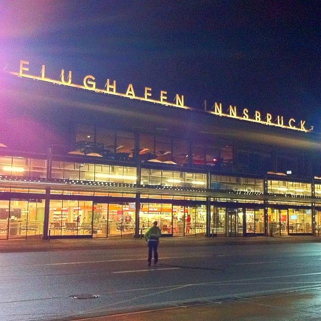 Flughafengebäude in Innsbruck vom Rollfeld aus