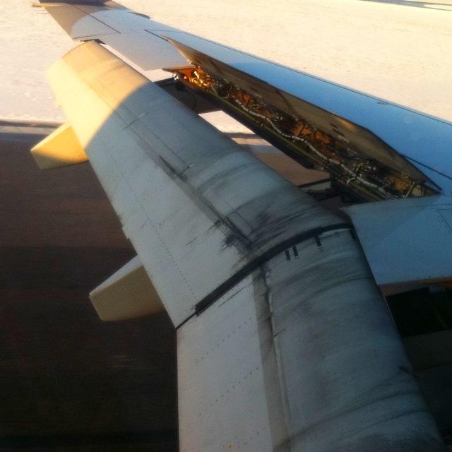 Flugzeug beim Bremsen auf der Landebahn