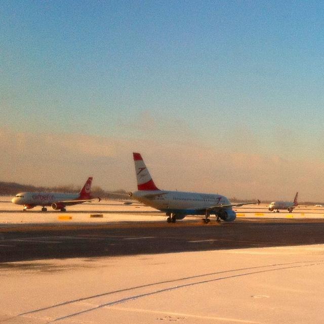 Austrian Airlines und Air Berlin im Schnee am Rollfeld