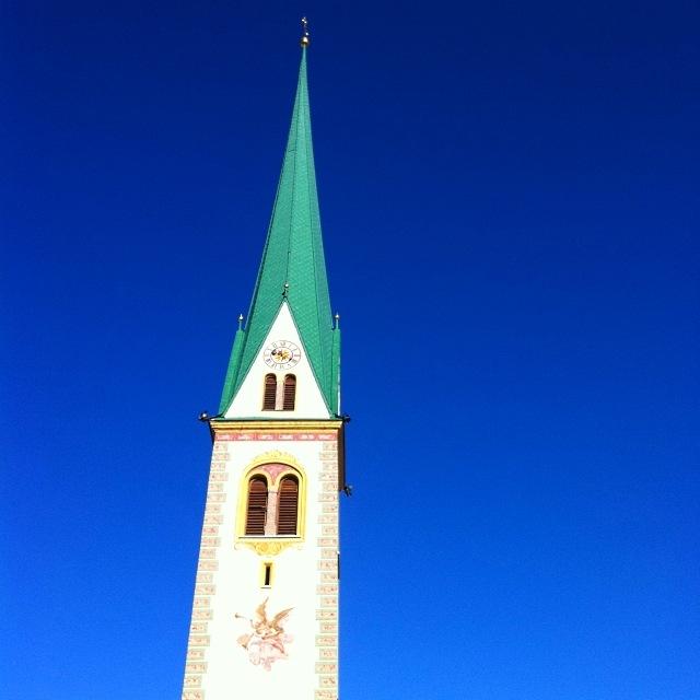 Kirchturm Mutters vor blauem Himmel