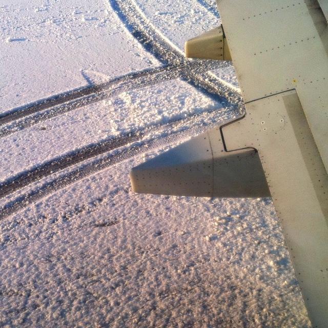 Schnee am Rollfeld (1 von 2)