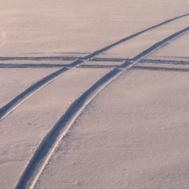 Spuren von zwei Fahrzeugen im Schnee