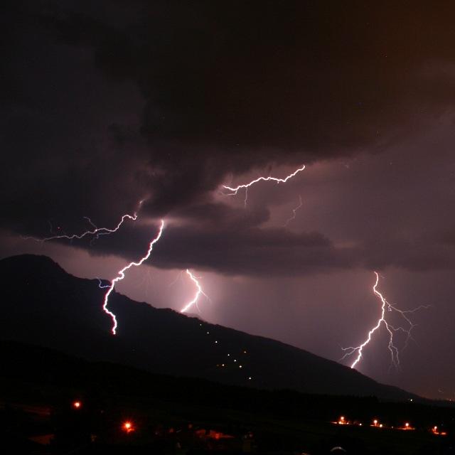 Gewitter-Blitze über Mutters