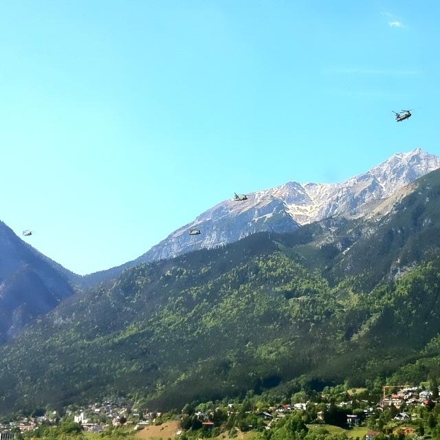Mehrere Boing Vertol CH-47 Chinook über Innsbruck