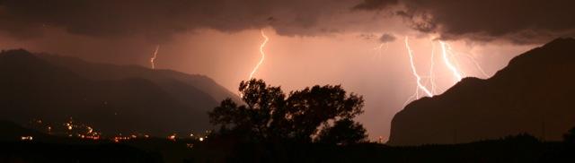 Gewitter über dem Inntal bei Zirl. Blitze.