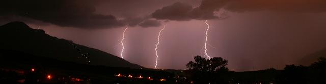 Panorama: Blitze im Inntal westlich von Innsbruck