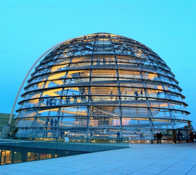 Kuppel des Berliner Reichtags am Abend