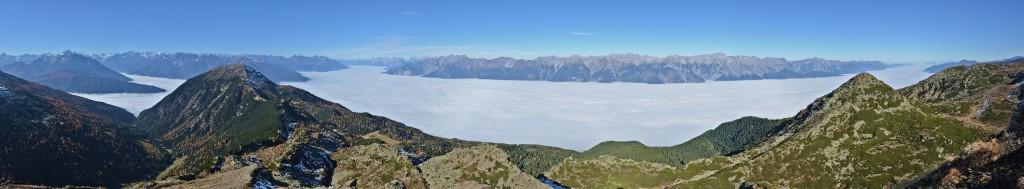Viggarspitze 2306m im Herbst 2012. Hochnebel über dem Inntal